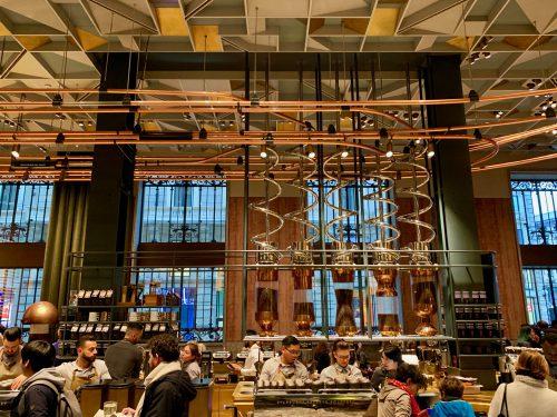 シュルツCEOはCNNのインタビューで「劇場、ロマンス、ドラマで感じるような経験を与える場所を作りたい。ウィリー・ウォンカ(チャーリーとチョコレート工場の登場人物)のコーヒーのように」