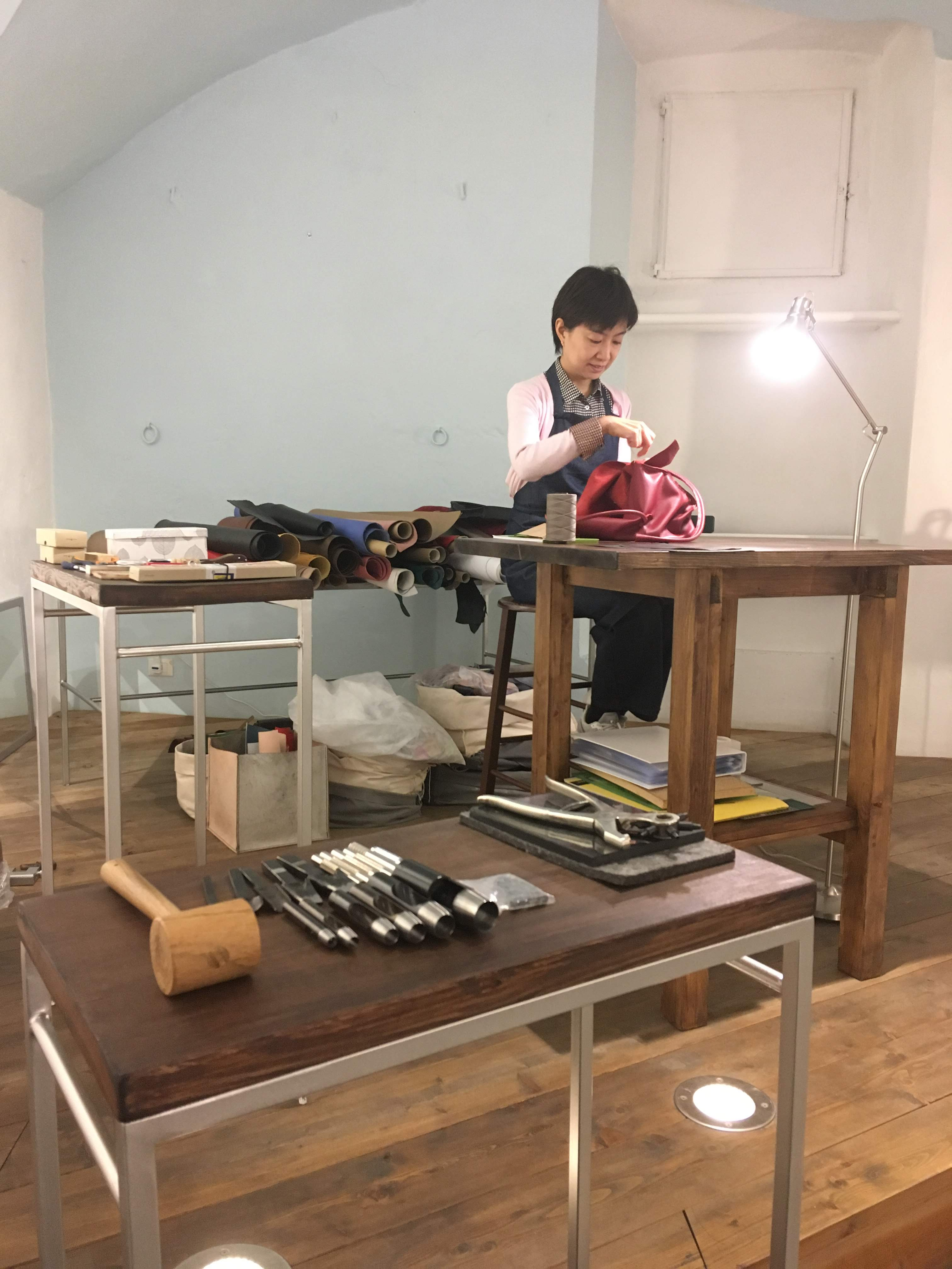 一針、一針手縫いで鞄を制作する森田京子さん