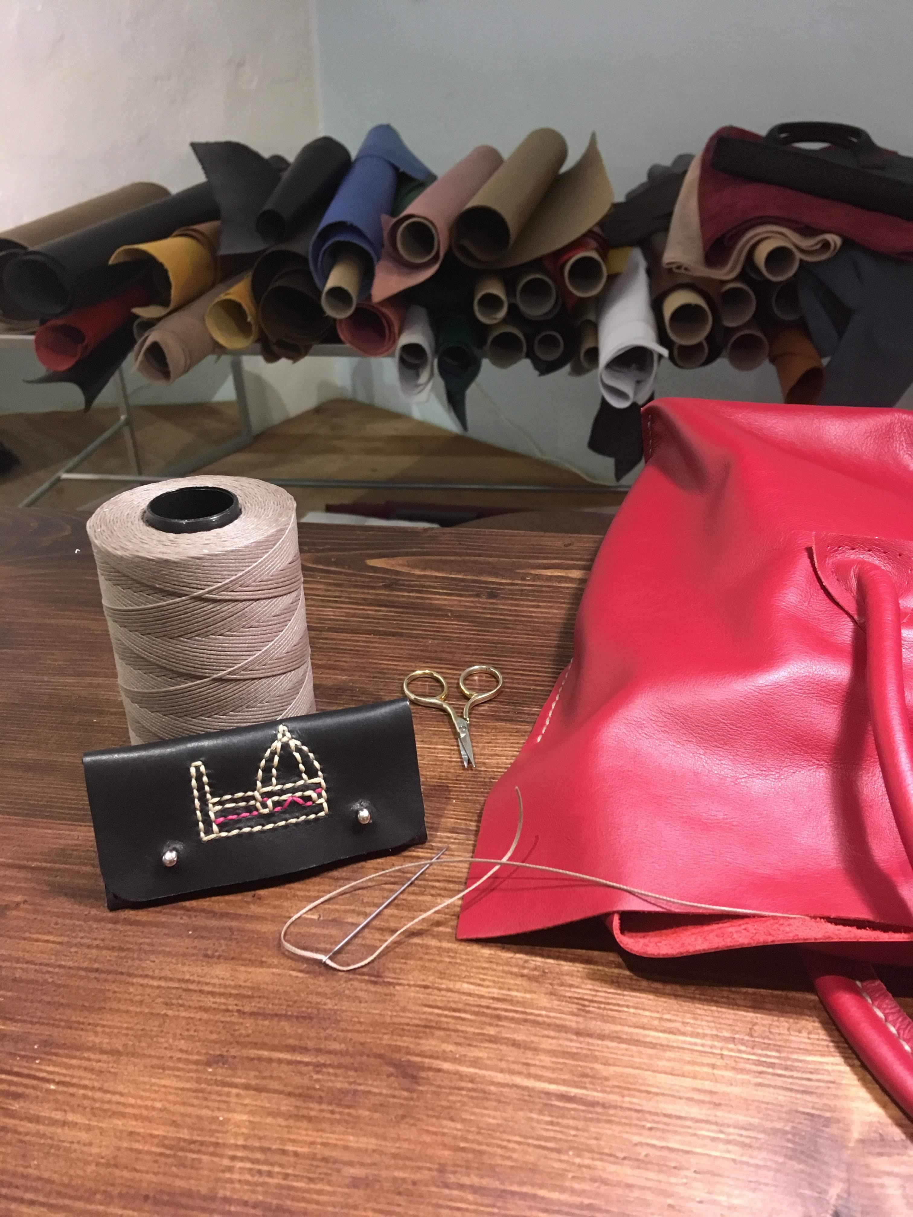 手縫いで作られるフィレンツェのIL MERLO Bags