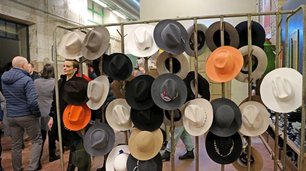 帽子が並ぶマーケットの様子