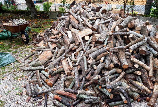 暖炉用の薪が大量に届きます