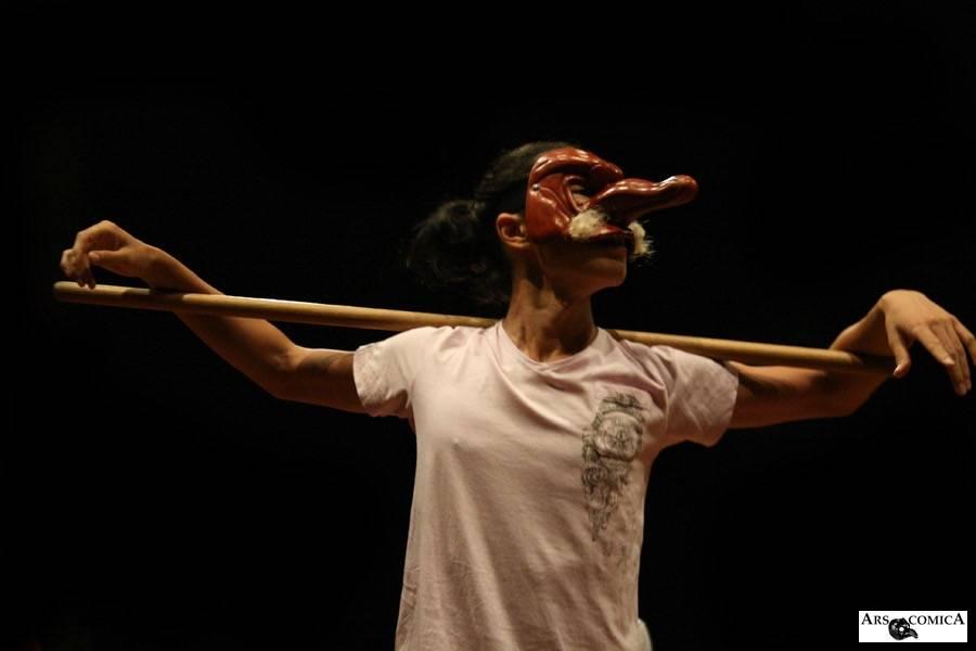 コメディア・デラルテの稽古でカピターノを演じる大塚ヒロタ