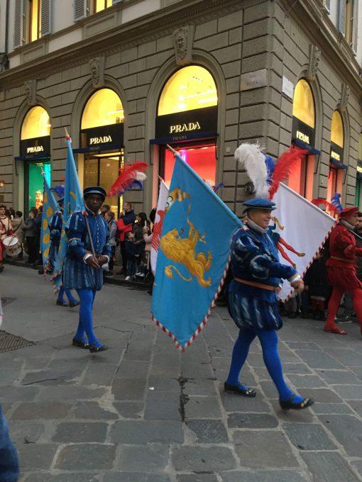 フィレンツェ共和国の旗を先頭に太鼓隊、鼓笛隊、旗振り隊