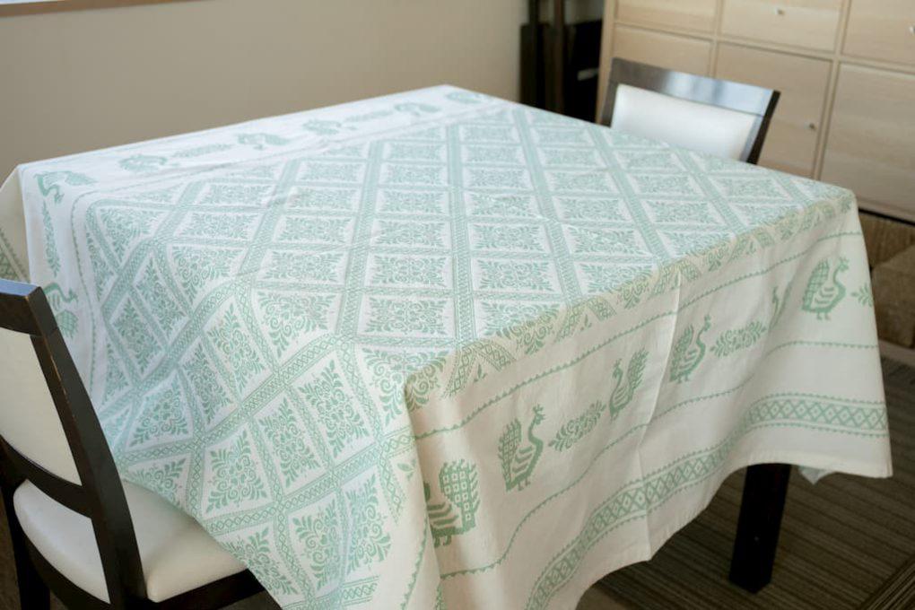 サルディーニャの伝統的刺繍が施されたテーブルクロス