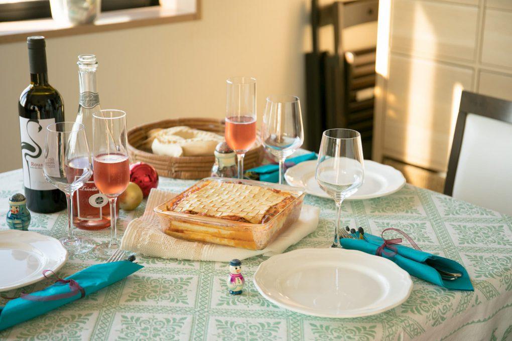 ラザーニャを囲んだクリスマスのディナー