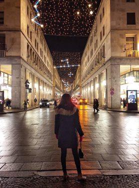 トリノの真冬の空に浮かぶ幻想的なイルミネーション