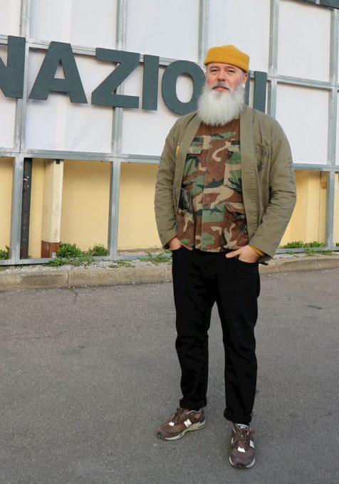 2020秋冬メンズファッションのキーワード、ミリタリーウエアを着る男性