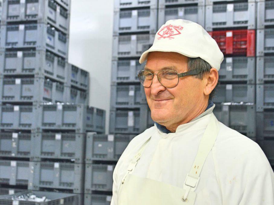 ザンポーネの工場で働くマウロさん