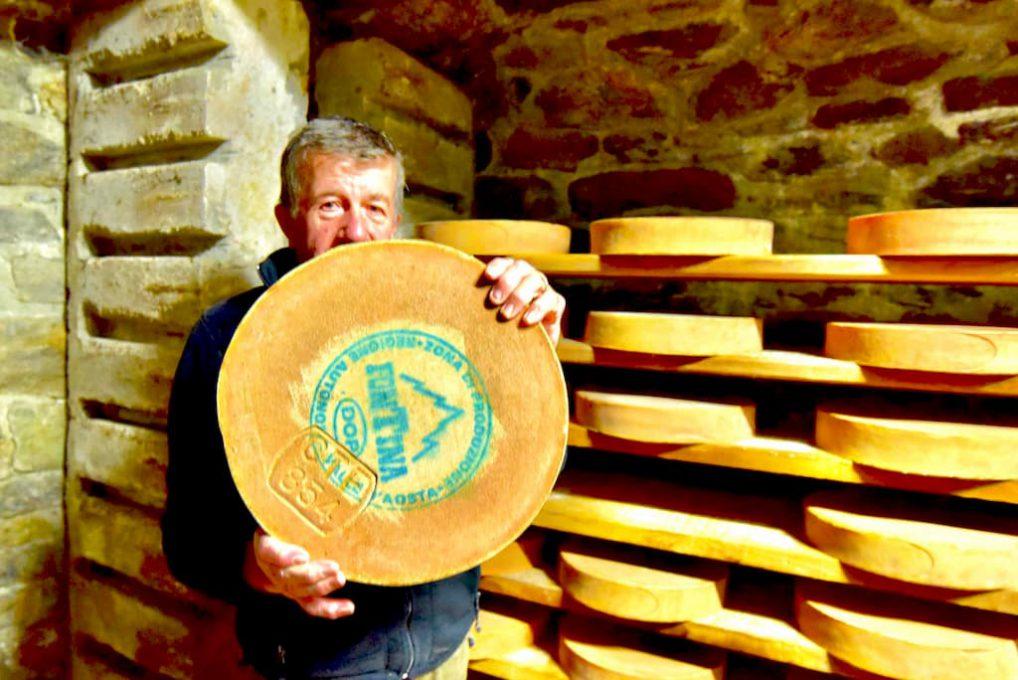 DOPマークのあるフォンティーナチーズを抱える生産者