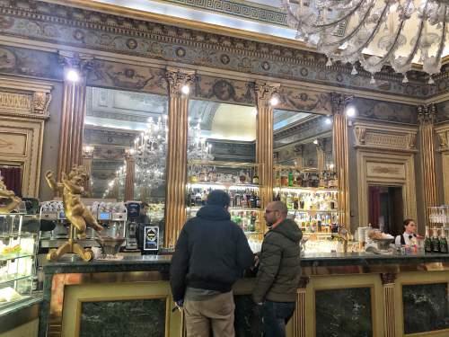 イタリアのバールで立ち飲みするイタリア人