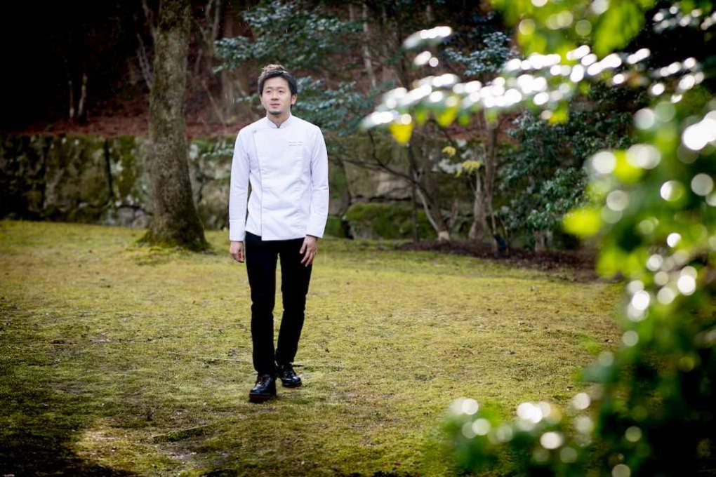 アマン京都内を歩く鳥居健太郎シェフ