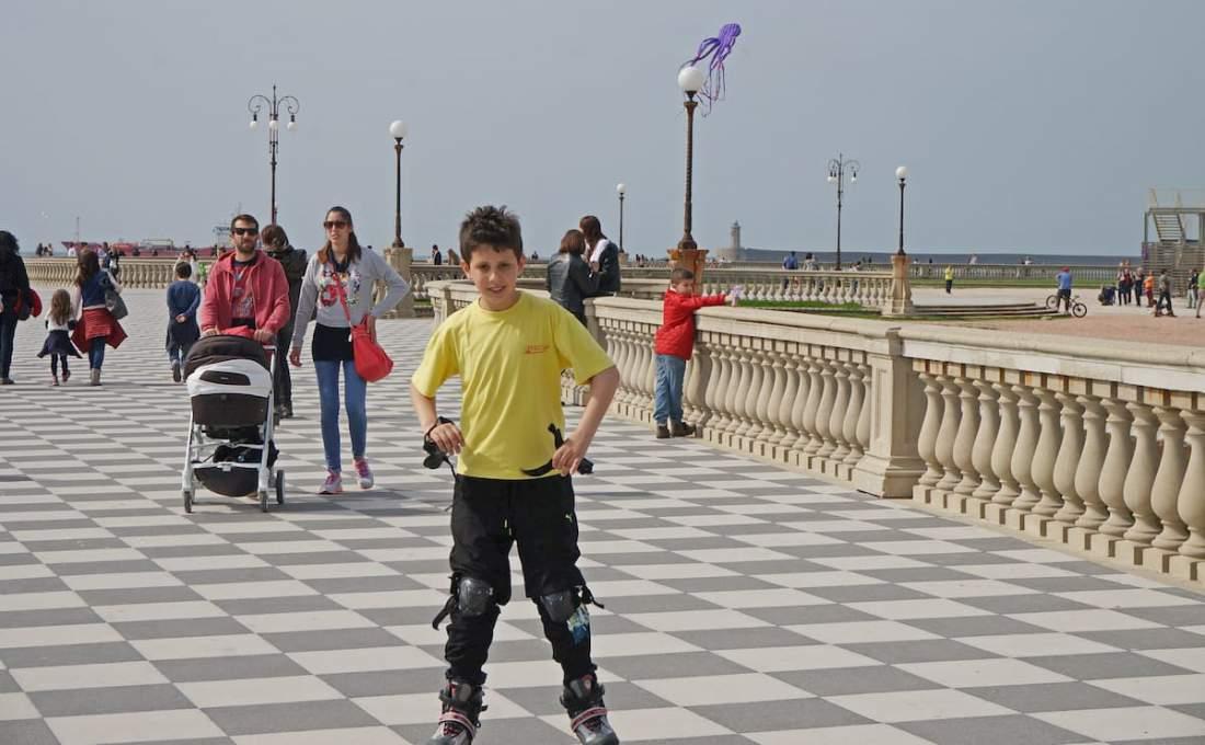 リヴォルノの公園で遊ぶ子供