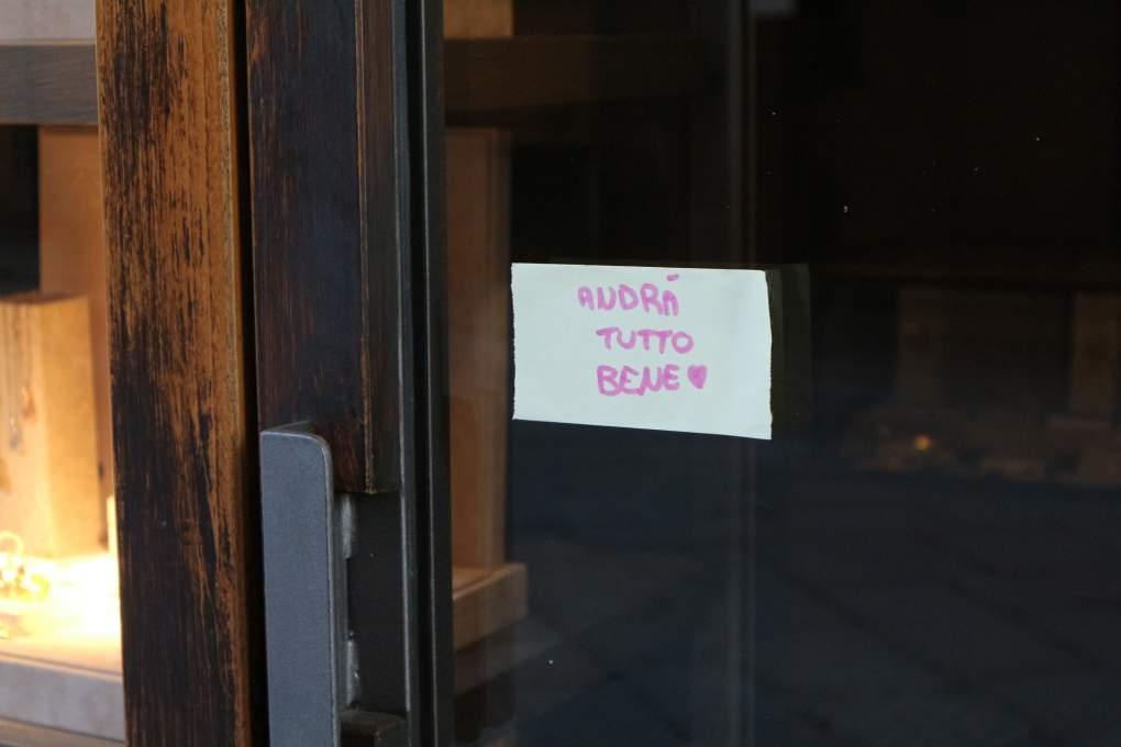 「Andra' tutto bene=すべてなんとかなる、うまくいくよ」といったメッセージを張り出しているお店