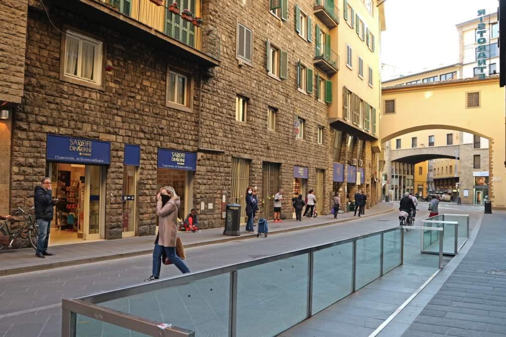 3月19日撮影、スーパーの前に1メートル間隔で列を作る買い物客