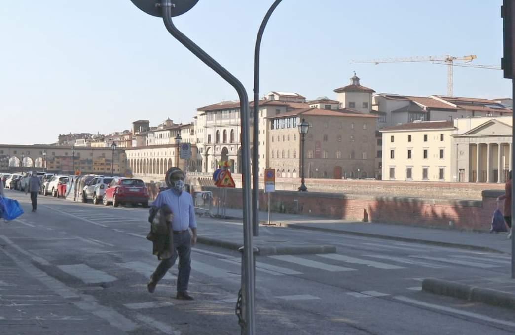 3月19日撮影、マスクをして歩くイタリア人