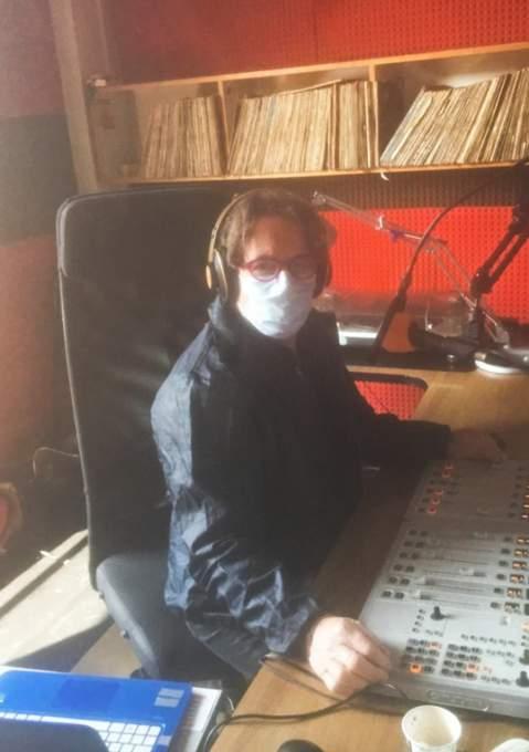 フィレンツェのFMラジオ局のDJシモーネさんもマスク姿