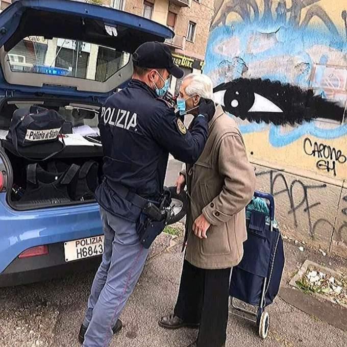 マスクを持っていなかったお年寄りにマスクをつけている警察官。出典:イタリア警察の公式インスタグラム