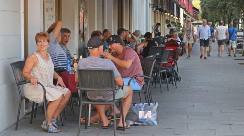 カフェで談笑するイタリア人