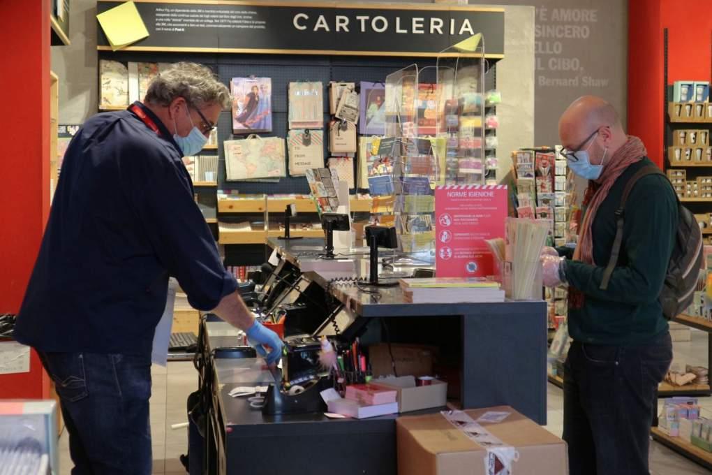 2020年4月18日撮影、17日から営業再開になったフィレンツェ市内の本屋のレジには透明ガラスの仕切りが取り付けられた