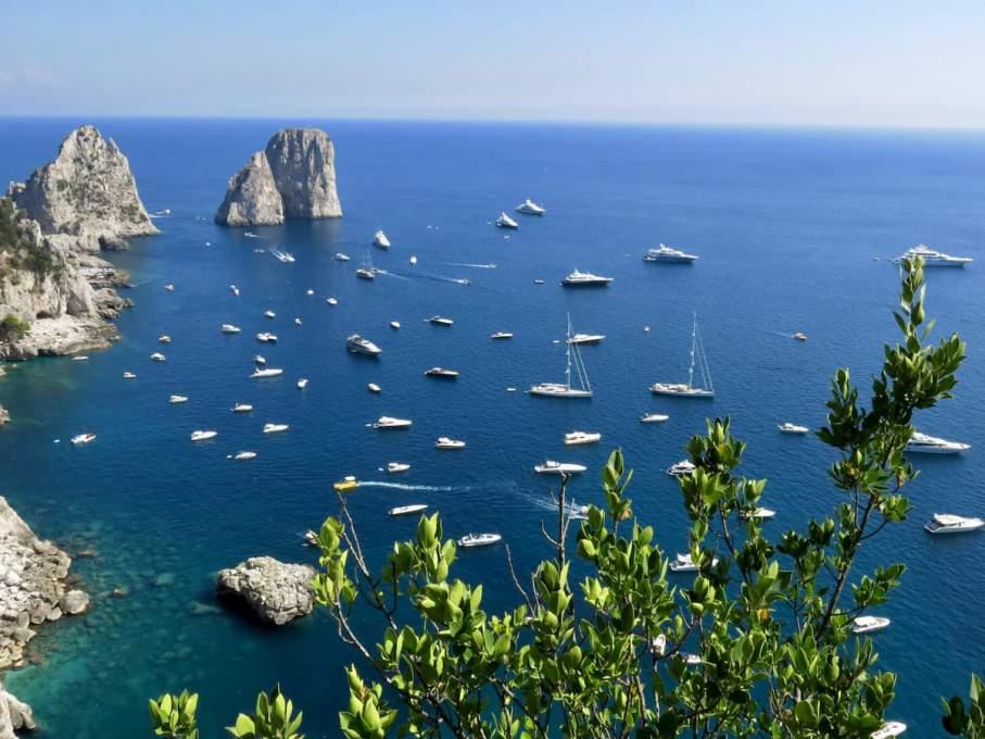 ある程度の人数なら、ボートを借りて海水浴を楽しめば感染リスクは少ない(カプリ島)