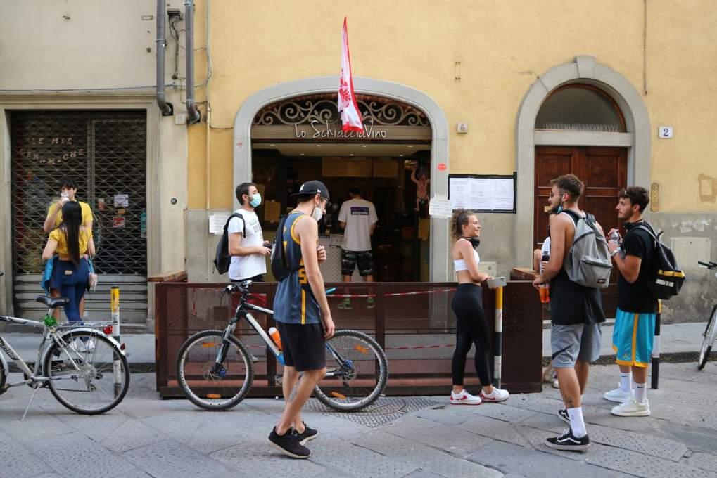 お互い間隔を空けて談笑するイタリア人グループ