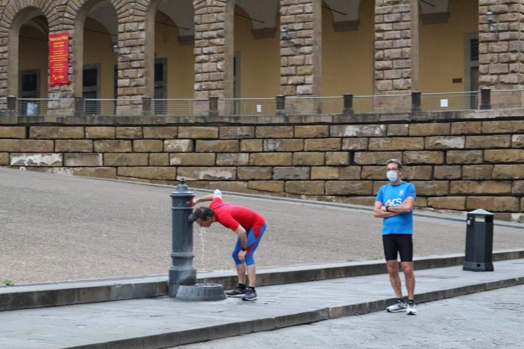 ジョギング中に水を飲むイタリア人