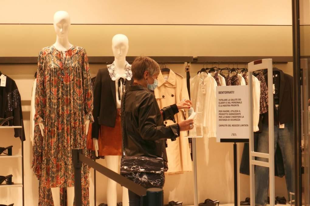 入店前に手袋をつける女性客