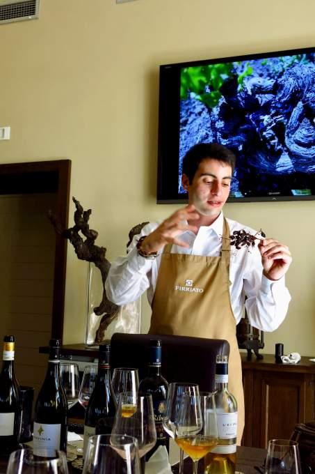 北部イタリアの大学で学んだ後、流暢な英語でワイン製造の説明をする若者(トラパニ、シチリア島)