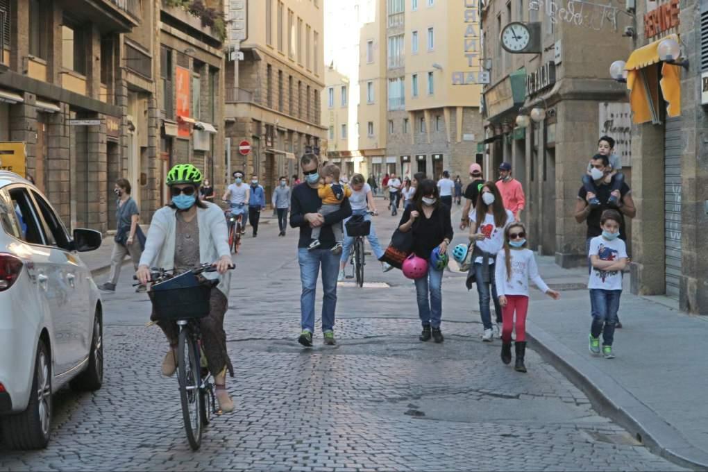 マスクをして街中を歩くイタリア人