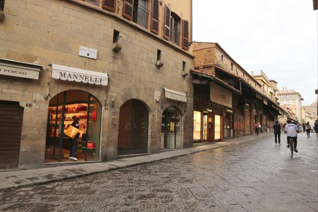 ほとんどの宝石店がまだ閉店中のポンテベッキオ