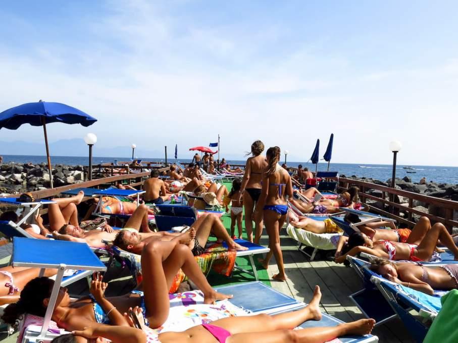 密集している方が嬉しい年齢層が集まる海水浴場(ナポリ近郊)