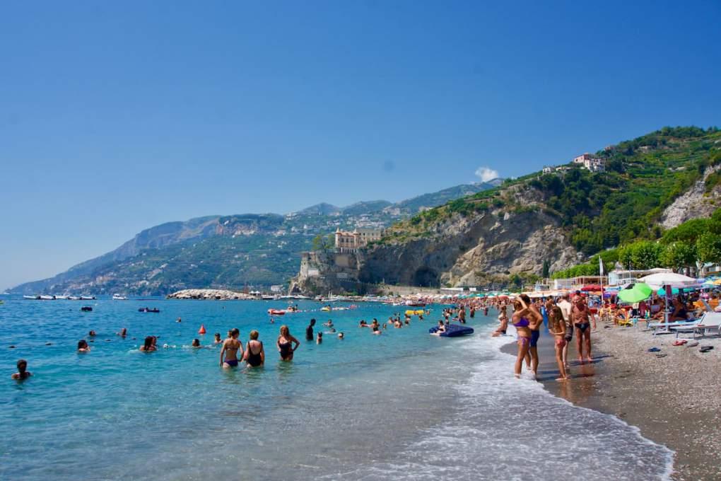 アマルフィ海岸にあるマイノーリの海岸は、イタリア人向けのバカンス地で貸家ばかりでホテルはほとんどない