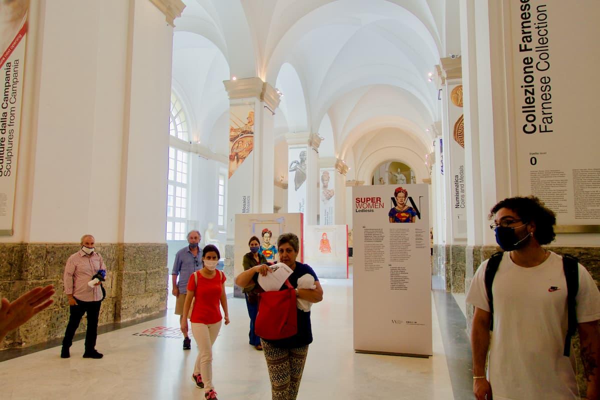 博物館員の付き添いで展示を見学する10名以下のグループ(ナポリ考古学博物館)