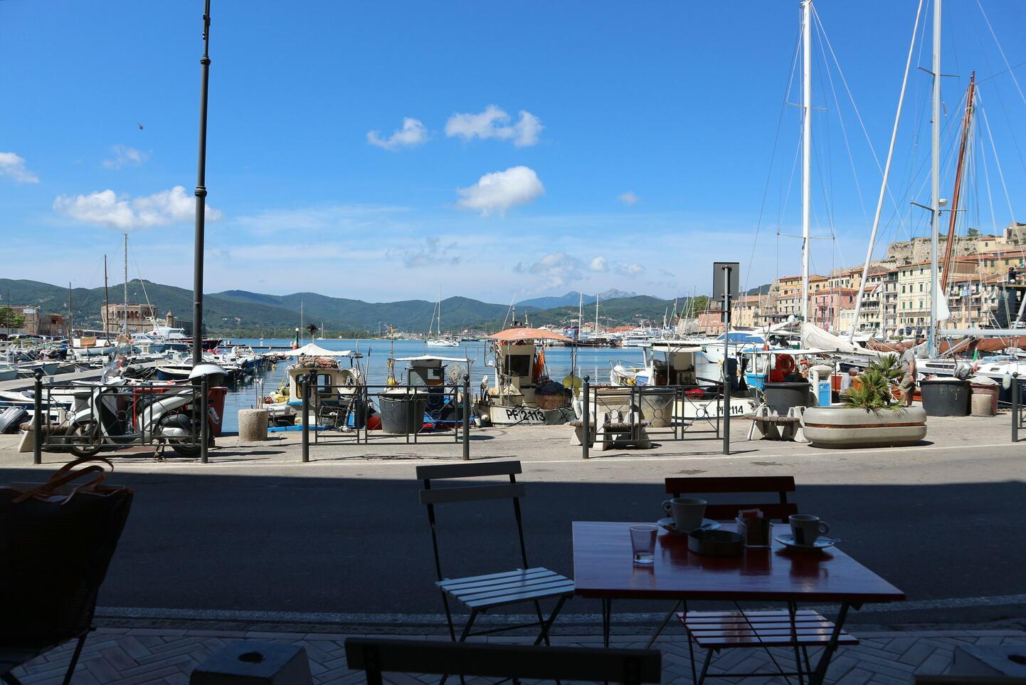 港のカフェからの景色