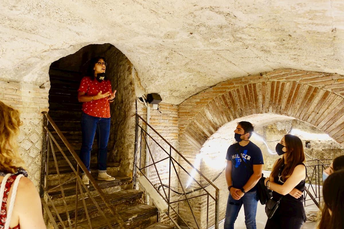 ナポリ地下空間見学ツアーは、異例の3組のみで決行され古代空間を満喫