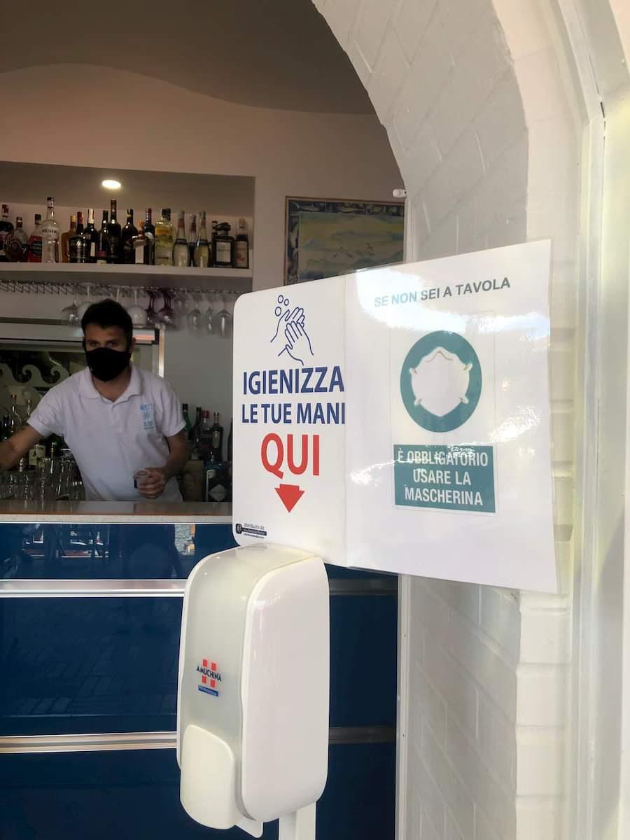 バールやレストラン、お店などの入口に設置された消毒用ジェル