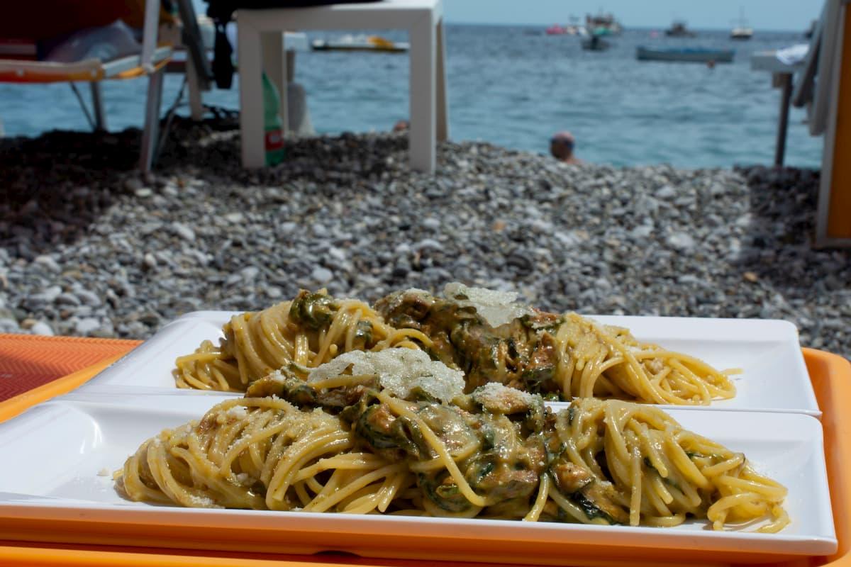 ソレント近郊ネラーノの海水浴場併設のレストランから、ビーチベットまで届けてもらったスパゲティ・アッラ・ネラーノ