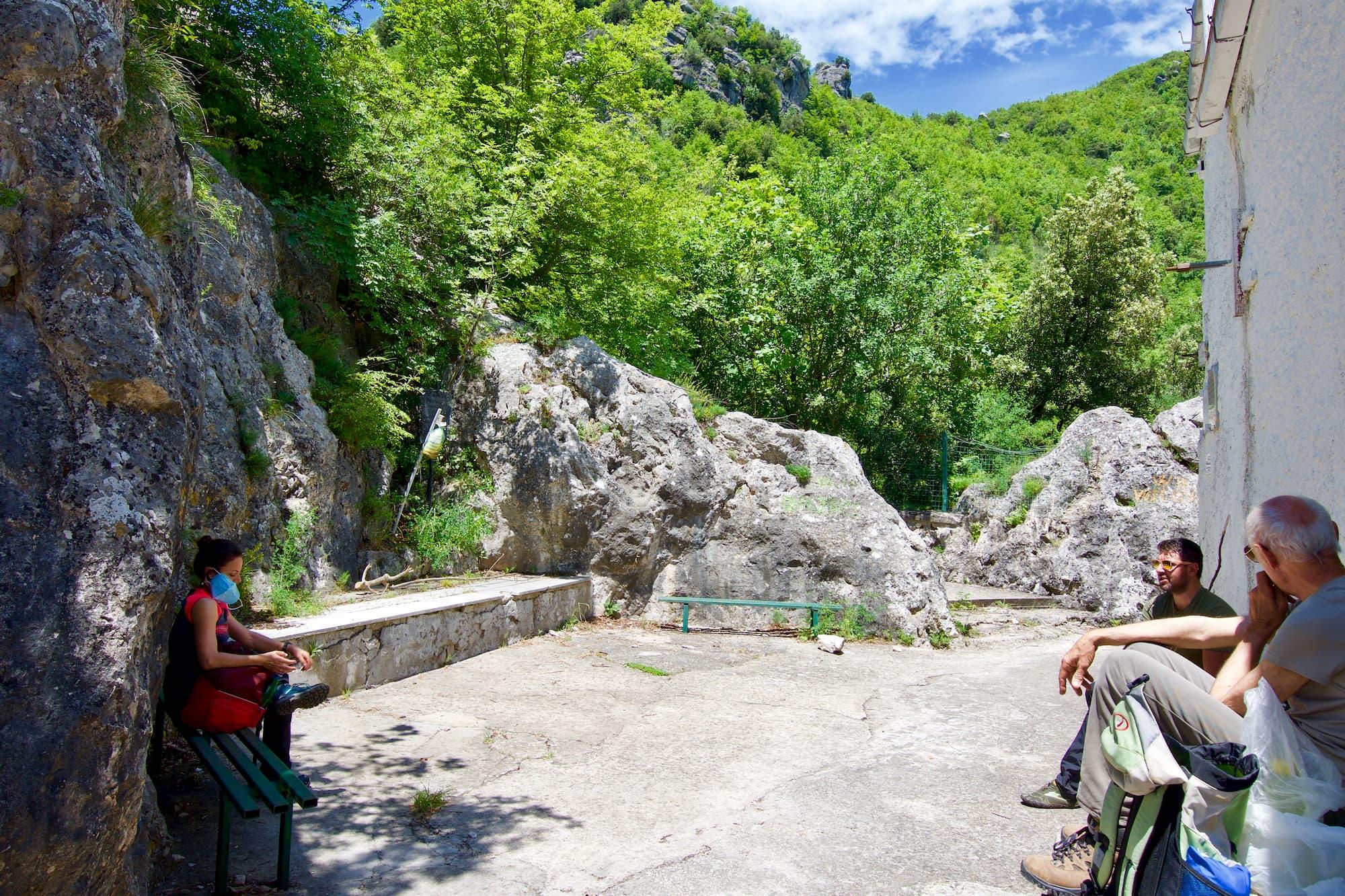 山頂でも距離をとってパニーニを食べる山岳会のイタリア人