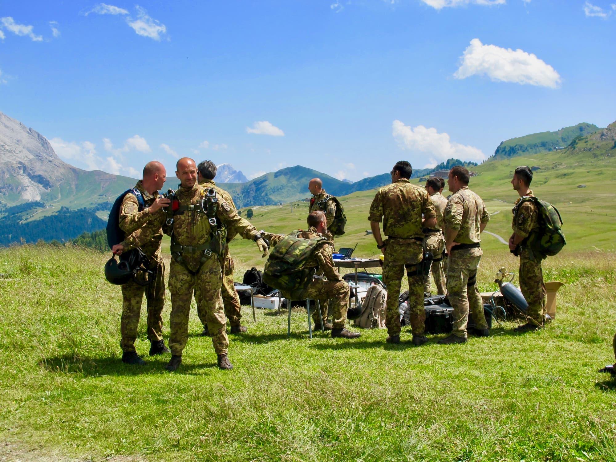 ドロミテのシウジ高原でパラシュートの落下訓練をするイタリア軍