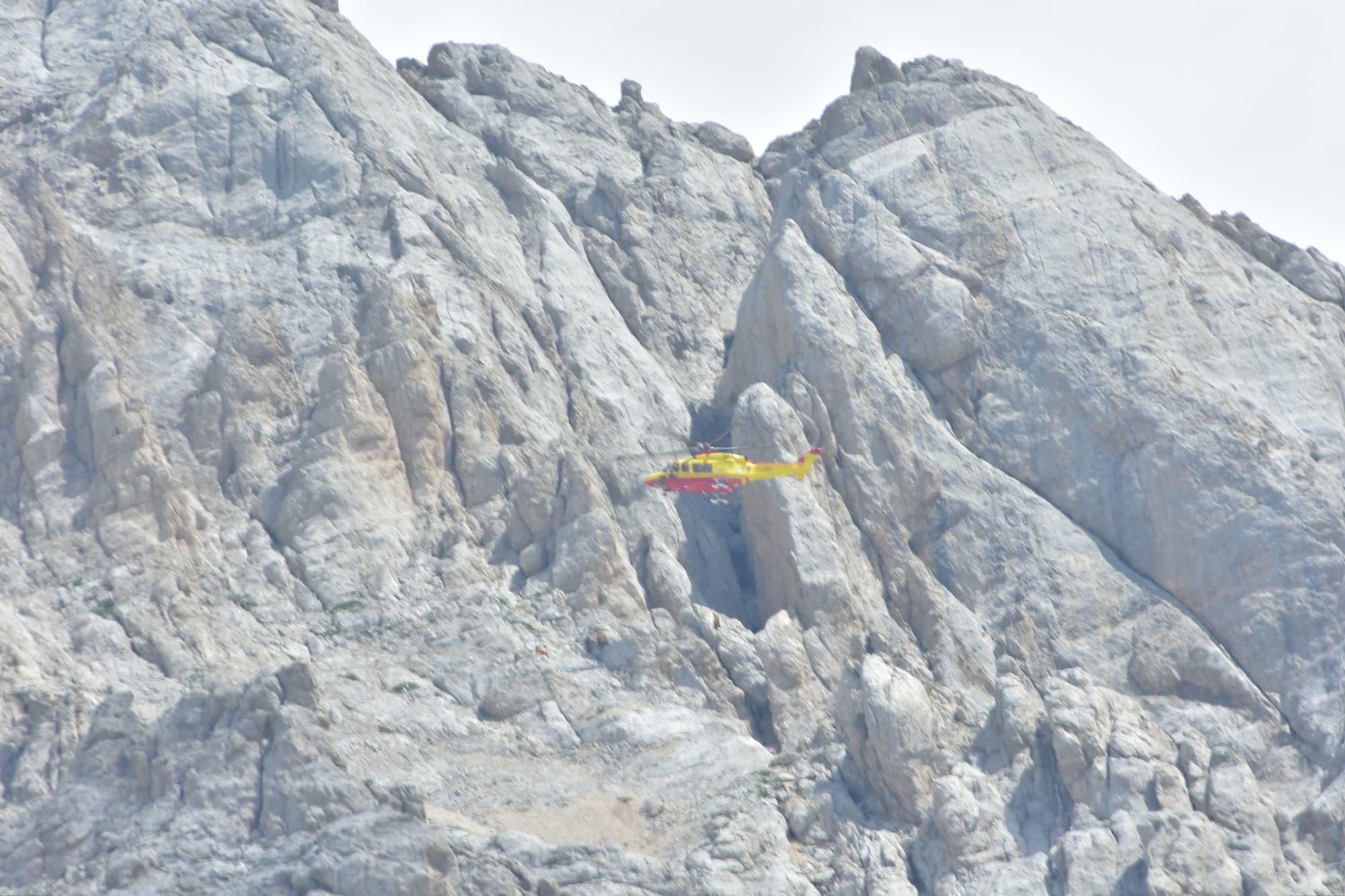 グランサッソのコルノグランデで怪我人の救出シーンに遭遇。イタリア山岳会会員は無償で受けられるヘリコプターによる救出