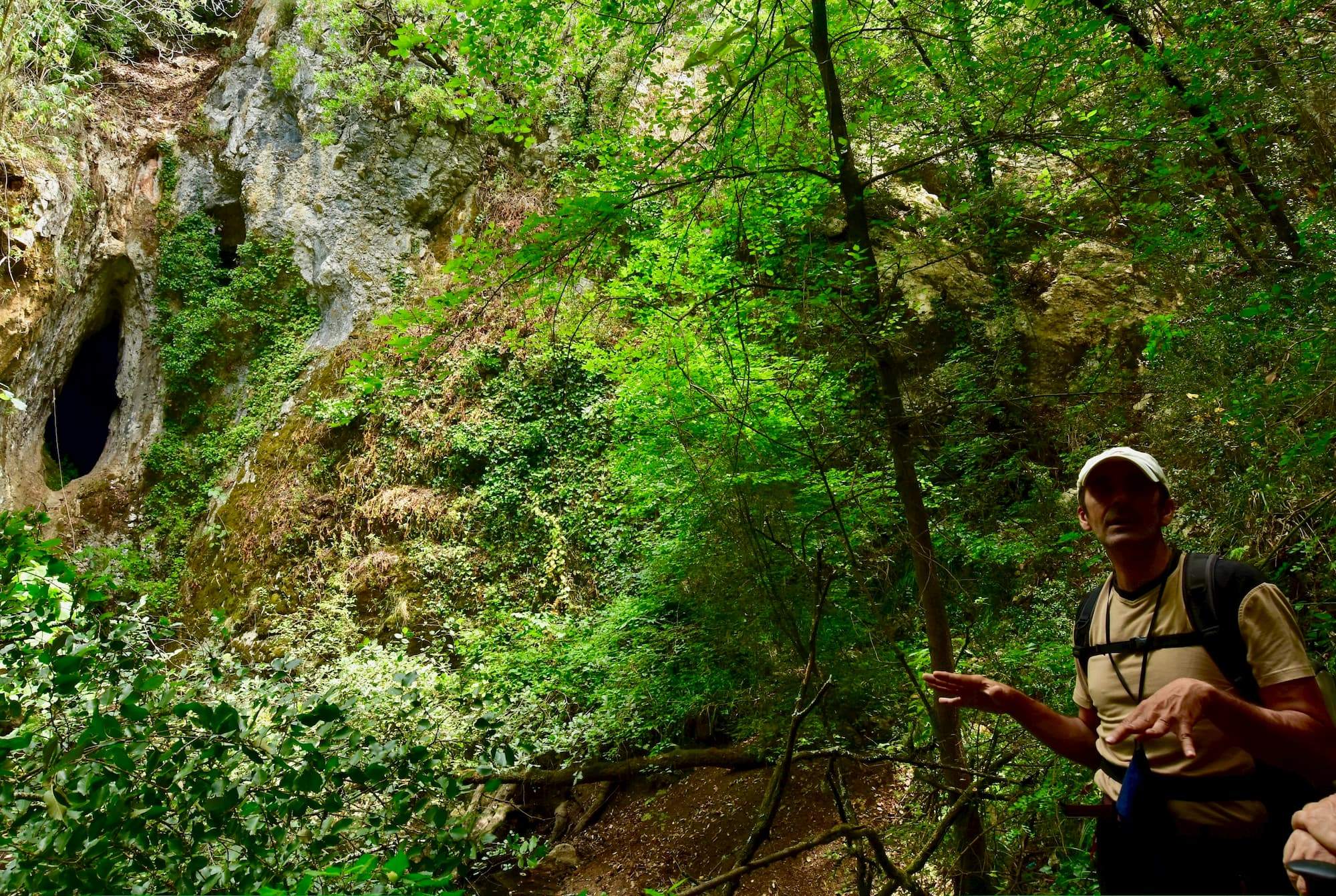 ケーヴィングの解説をするアルプス山岳会の洞穴専門家。イタリア語では、スペオロジア(Speleologia)と呼ばれ、ギリシア語のspelaion(洞穴)とlogos(論点、学問)の組み合わせた単語が語源(カステルチヴィタ、カンパニア州)