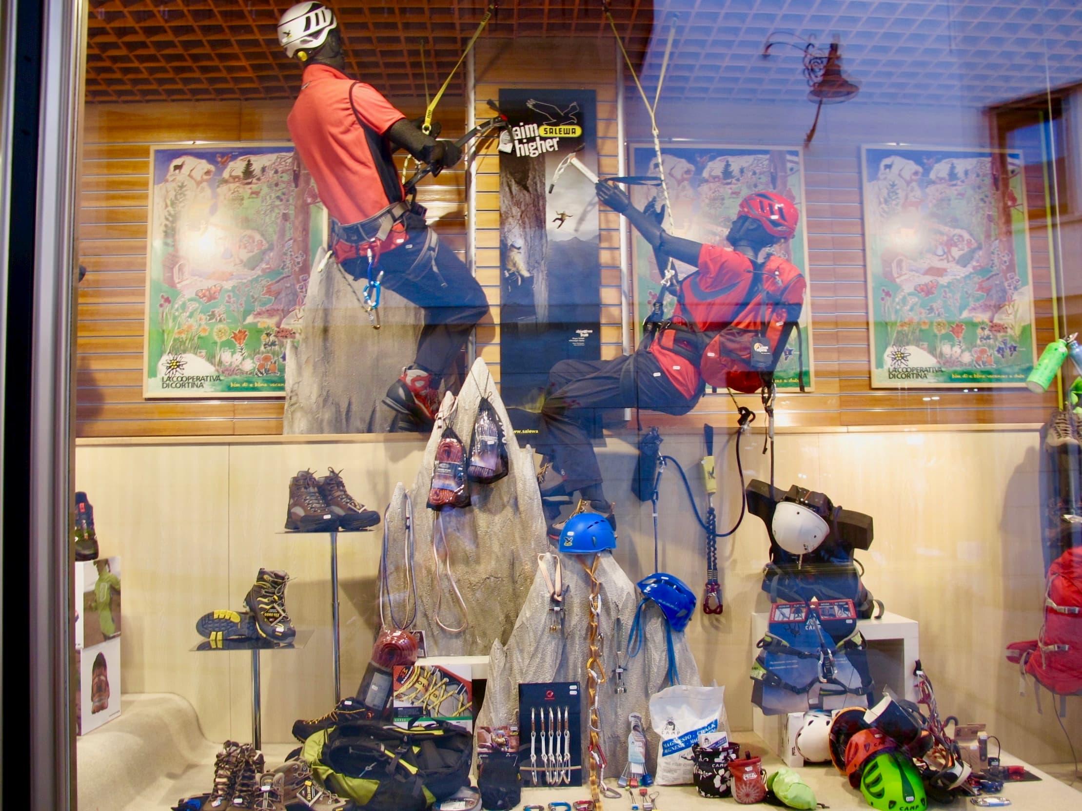 コルティーナ・ダンペッツォの中心部にある登山用品店