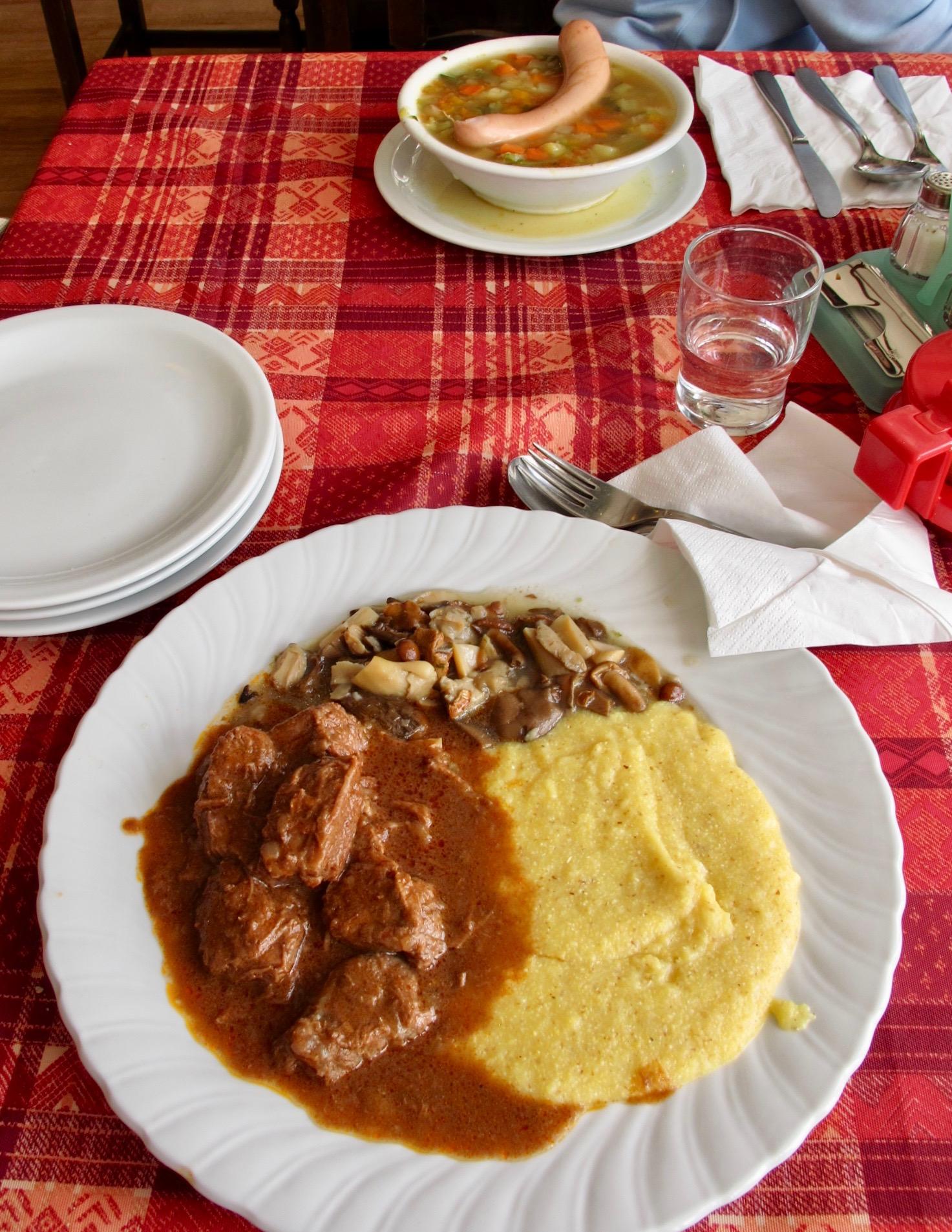 地域の食文化がよくわかる山小屋のシンプルな料理(サッソルンゴ、ドロミテ)
