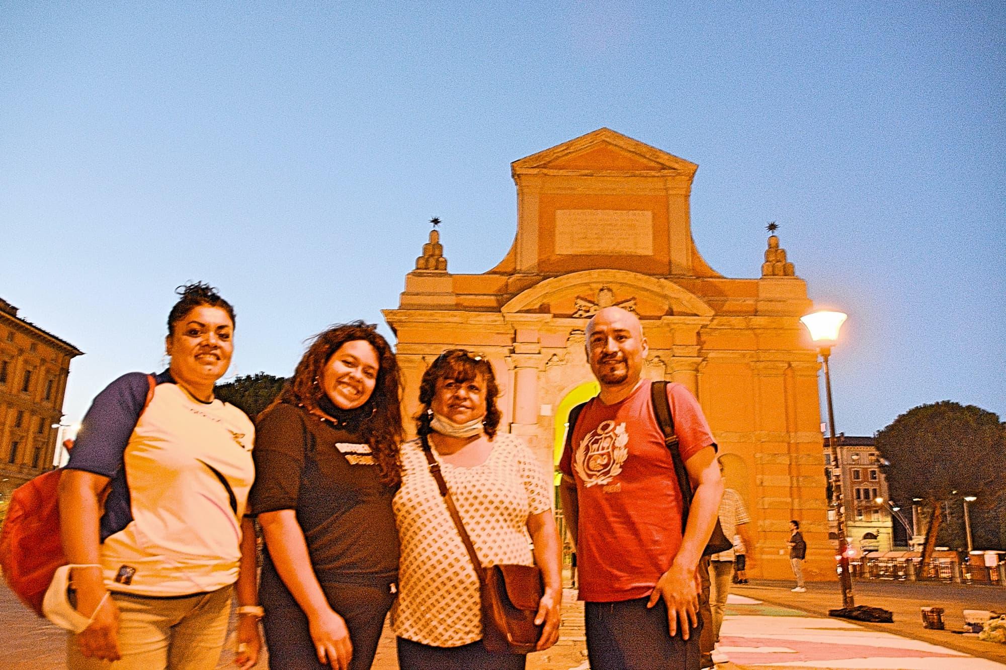 写真左から2人目がDorothy(ドロシー)さん。写真右は参加者への連絡をこまめに行ってくれたペルー出身のJosé Venancio(ホゼ・ヴェナンシオ)さん。「これだから外国人の活動はダメだ」と言わせないために、活動中も会場のゴミをこまめに拾うなど一生懸命頑張ってくれていた。