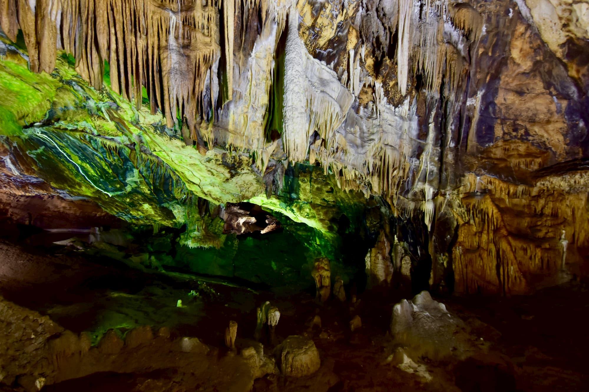 石灰岩の地盤に地下水や雨水が浸透してできる鍾乳洞がイタリア中に点在