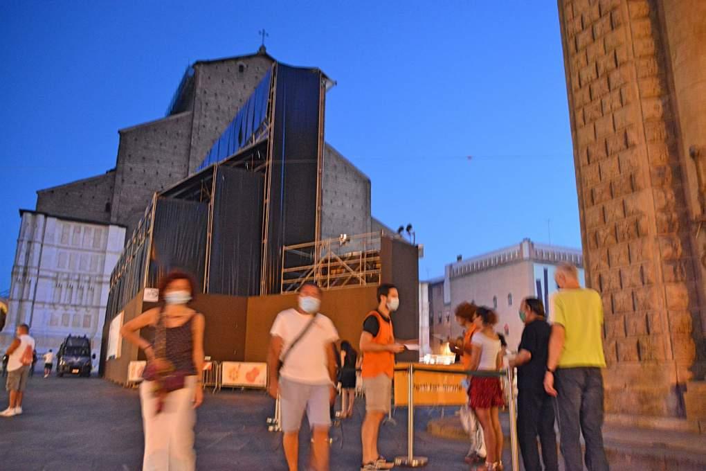 ボローニャ野外映画祭の巨大スクリーンを横から見た風景