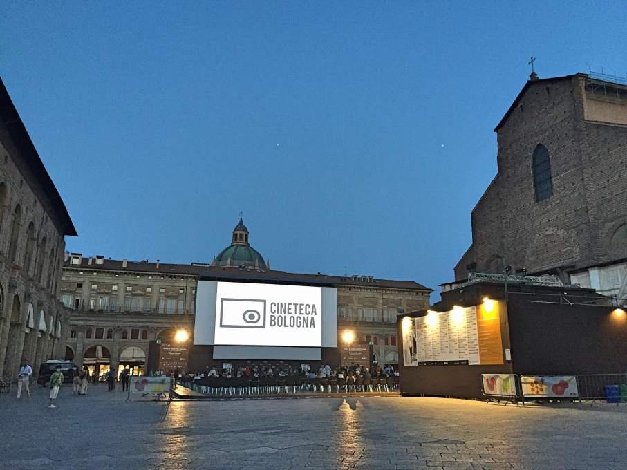 夜のボローニャ映画祭会場の様子