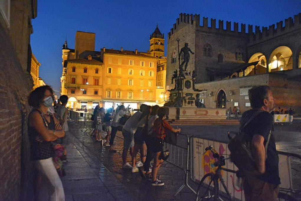 ボローニャ映画祭を会場外から眺める人たちの風景