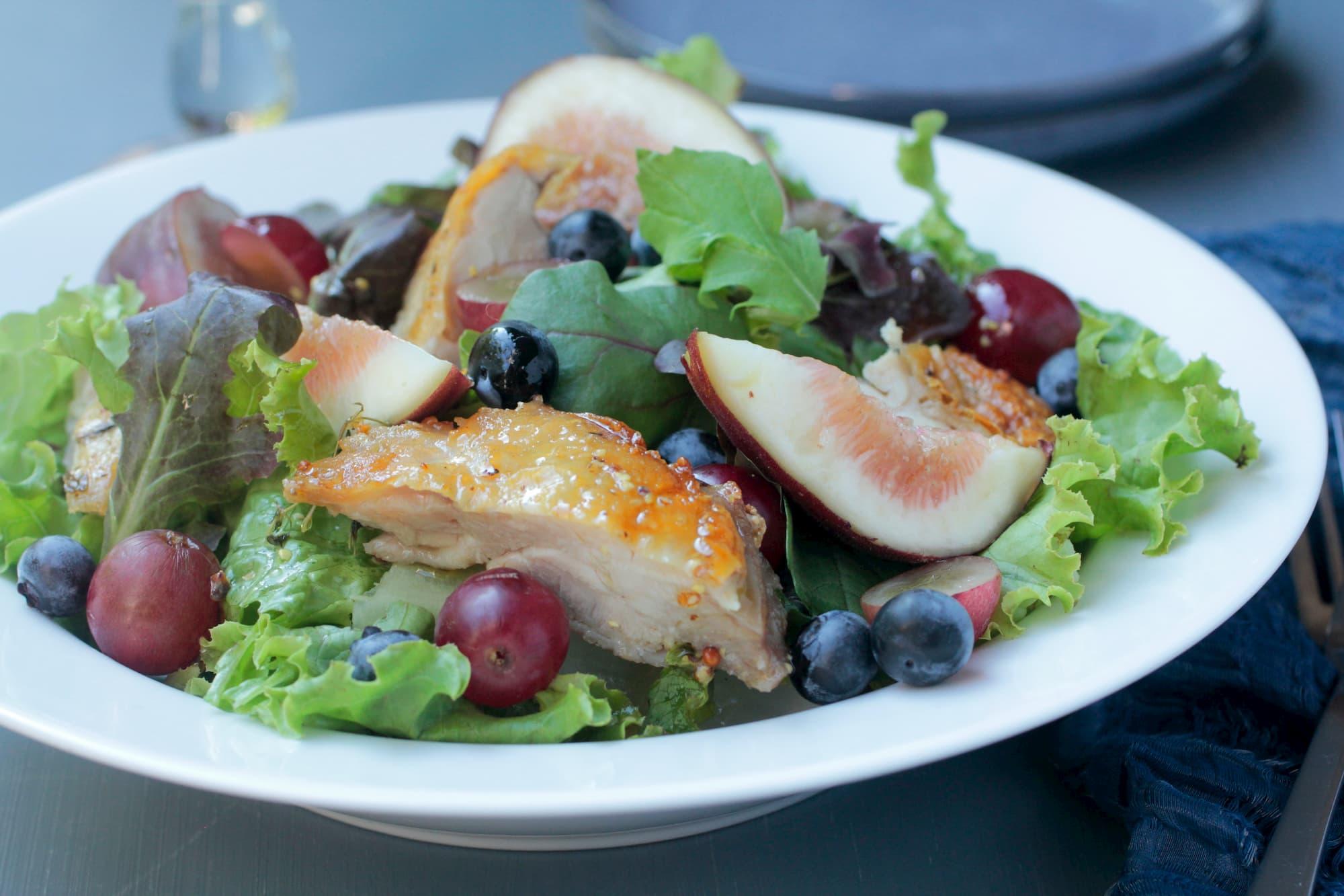 鶏肉、ぶどう、イチジク、ブルーベリーのサラダ