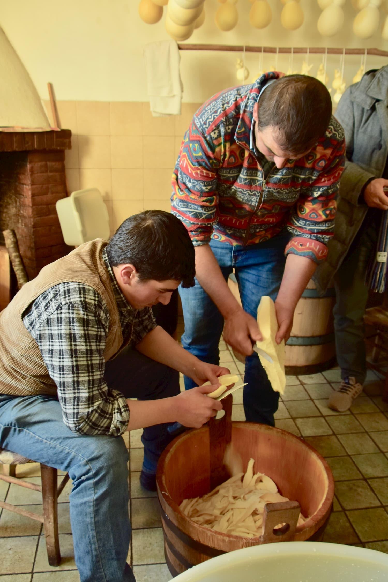 早朝からチーズづくりの修行をする村の若者